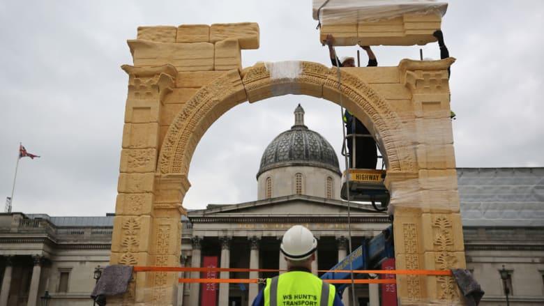 """بعد تدميره على يد """"داعش"""" قوس النصر لمدينة تدمر يعود للحياة في بريطانيا"""