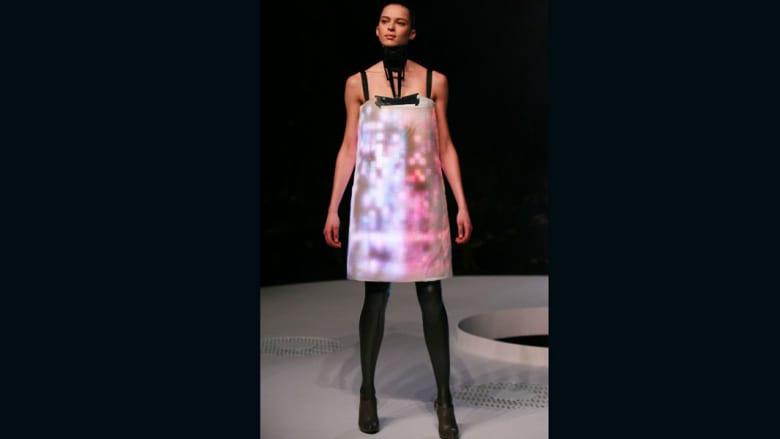 فساتين بشاشات عرض وأزياء تذوب تحت الماء.. تعرفوا على مصمم أغرب أزياء في العالم