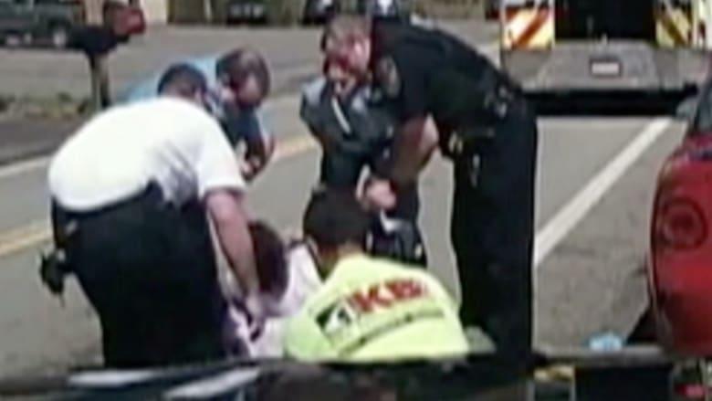 بالفيديو: كاميرا ضابط شرطة توثق عملية إنقاذ سائق سيارة من الموت بالصدفة