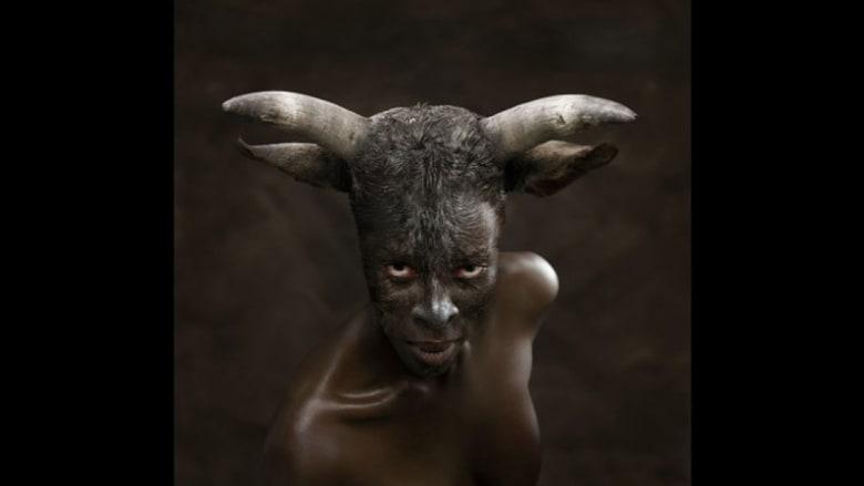 هكذا يتنكرون..أقنعة أفريقية عن العنصرية والمثلية الجنسية