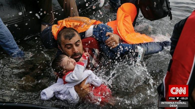 مصور حصل على جائزة للقطاته عن المهاجرين إلى أوروبا يسرد لـCNN  ما عايشه