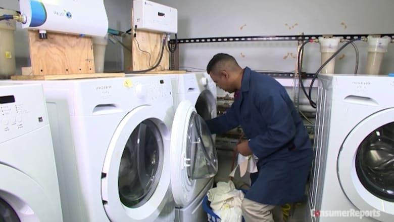 الماء البارد أم الساخن.. أيهما أكثر فعالية في تنظيف ملابسك وإبعاد الجراثيم عنك؟