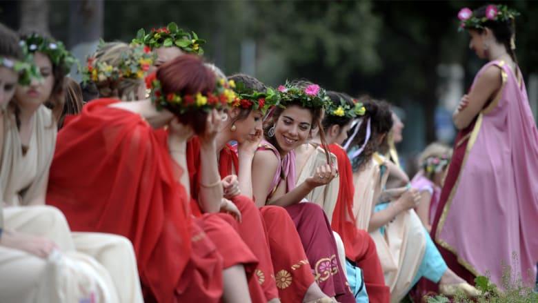 حسناوات بأزياء رومانية وفرسان على صهوة الجياد... في عيد ميلاد روما