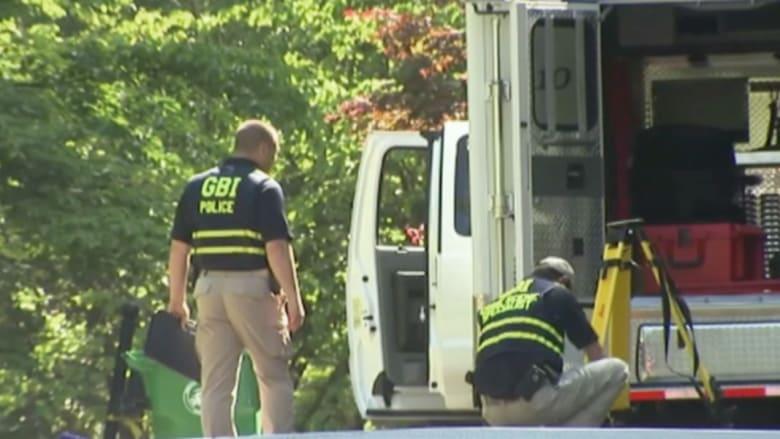 بالفيديو: التحقيق مع شرطي قتل شخصا يحمل سكينا بيد ودجاجة باليد الأخرى