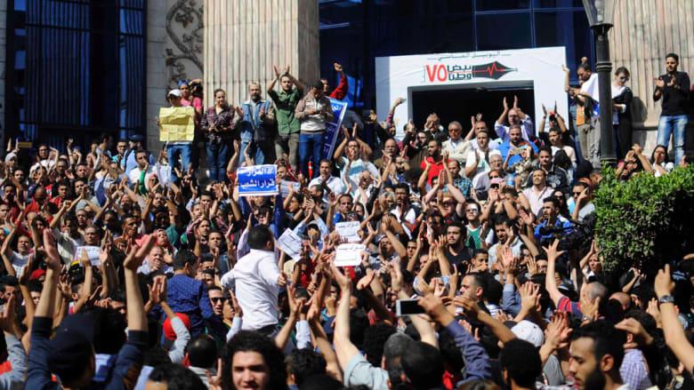 الأمن المصري يقتحم نقابة الصحفيين لاعتقال بدر والسقا.. وقلاش لـCNN: سابقة وسنتخذ كافة الإجراءات القانونية
