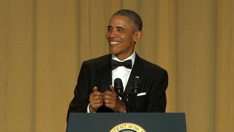 """بالفيديو: أوباما يسخر من غياب ترامب عن """"عشاء المراسلين"""" في البيت الأبيض"""