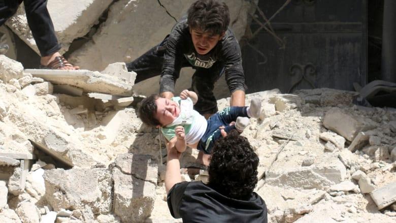 """وسط التنديد الدولي بـ""""مجازر"""" حلب.. قتلى وجرحى إثر هجمات صاروخية تستهدف مستشفى آخر ومناطق سكنية بالمدينة السورية"""