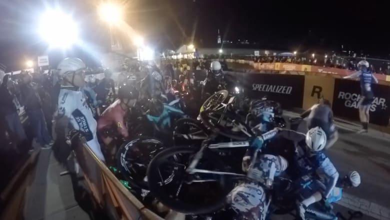 بالفيديو: لحظة تصادم عشرات الدراجات الهوائية .. والسبب!