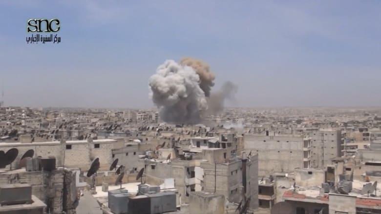 وسط تنديد دولي باستهداف المدنيين بسوريا.. شاهد: لحظة قصف منطقة سكنية في حلب والدمار الذي خلفه الهجوم