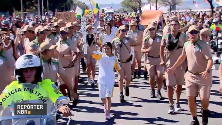 شاهد.. طفلة سورية تحمل الشعلة الأولمبية في البرازيل: لا أشعر أنني لاجئة