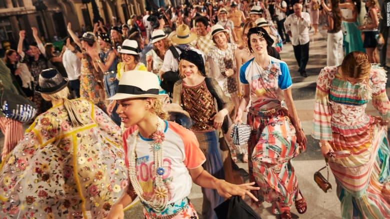 """عارضات أزياء """"شانيل"""" يعدن الحياة إلى قلب هافانا"""