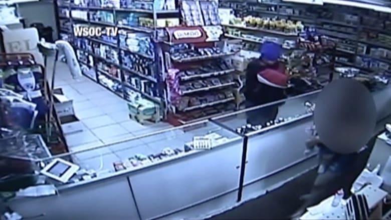 بالفيديو: لص مسلح يهدد موظفة تحمل طفلتها بمتجر في نيويورك