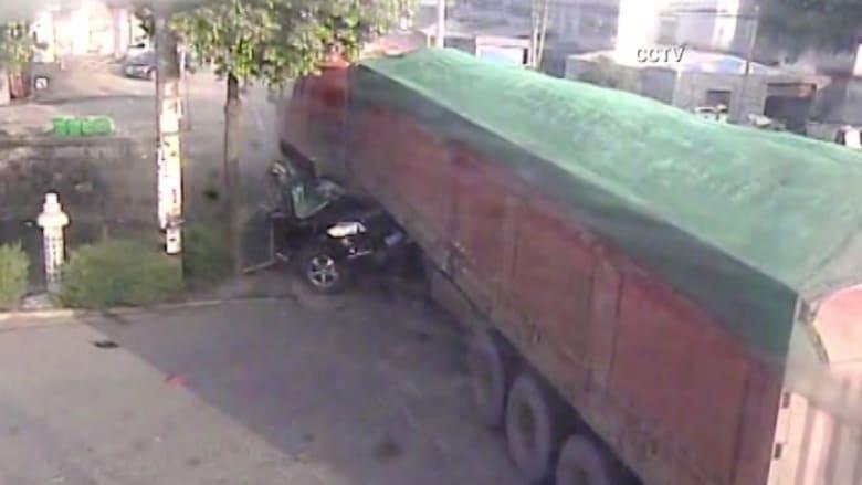 شاحنة تدهس سيارة في الصين.. شاهد المفاجأة