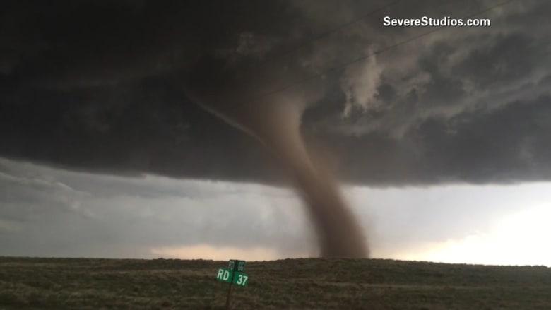 أعاصير تضرب ولاية كولورادو.. شاهد لحظة تحرك أحدهم عن قرب