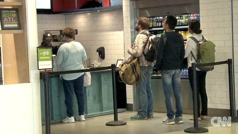 هل مللت من طوابير الانتظار لطلب الطعام بالمطارات؟ إليك الحل
