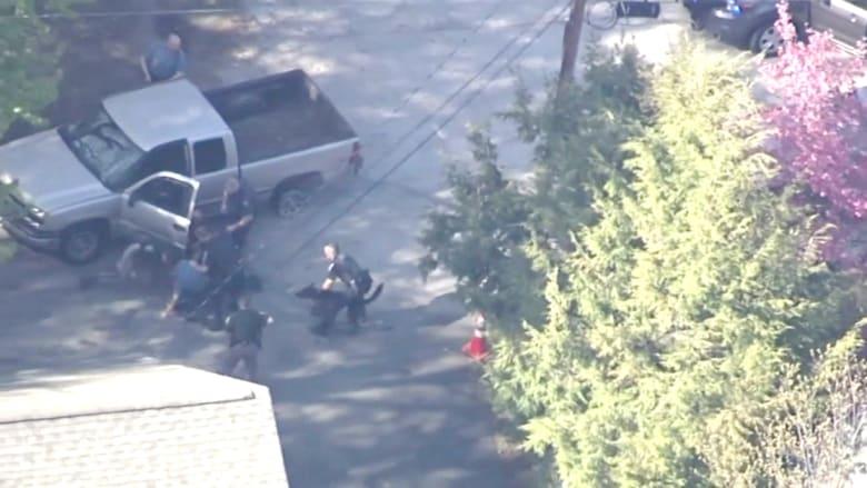 شاهد.. عناصر من الشرطة الأمريكية تعتدي على مشتبه به بعد مطاردة خطيرة عبر ولايتين