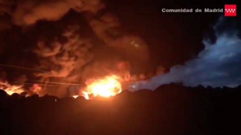بالفيديو: حريق هائل في مكب للإطارات.. والسلطات الإسبانية تحذر من مواد سامة