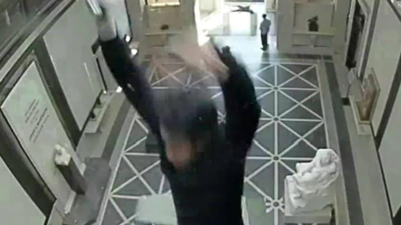 رجل يسقط من سقف زجاجي في متحف.. وأكثر من 7 ملايين دولار لتسوية القضية