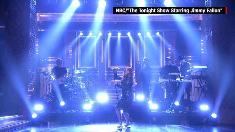 المغنية ميغان ترينور تسقط على الهواء مباشرة! شاهد كيف تعاملت مع الوضع