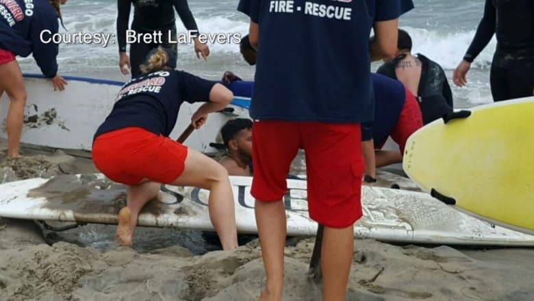 شاب ينجو من الموت غرقاً بعدما قرر رفاقه دفنه في حفرة قريباً من أمواج البحر