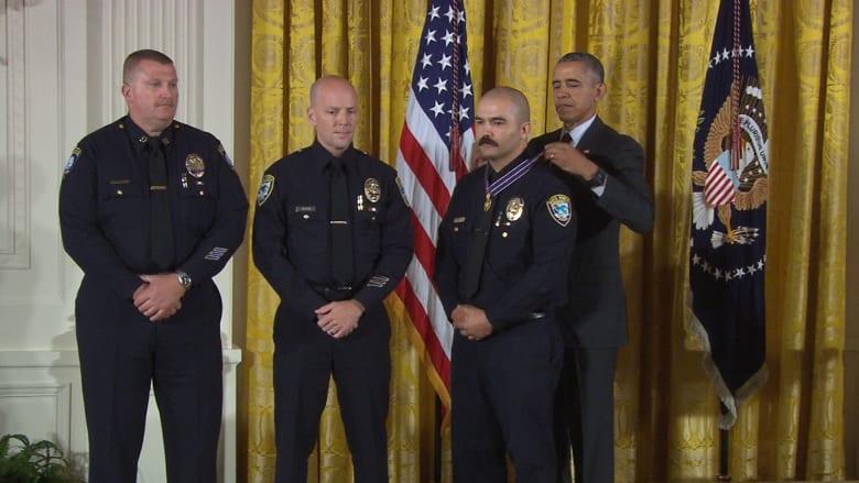 """بالفيديو: أوباما يكرم أعضاء الشرطة الأمريكية ويسميهم بـ""""شكل المواطنة الأسمى"""""""
