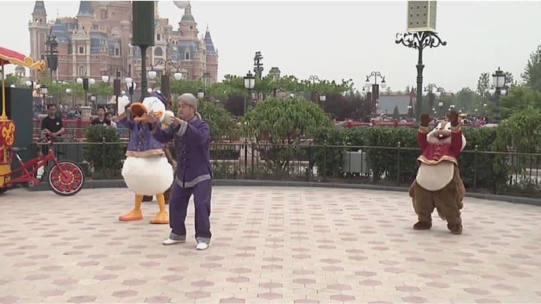شاهد.. شخصيات ديزني الشهيرة ترقص تاي تشاي أمام الناس