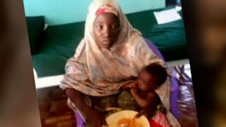 بالفيديو: العثور على إحدى فتيات تشيبوك المختطفات من قبل بوكو حرام وبذراعها رضيع