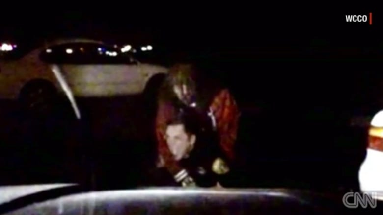 شاهد.. شرطي يصرخ طلباً للمساعدة خلال القبض على أحدهم
