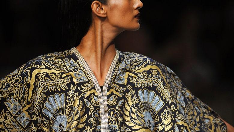 """ما هو """"الباتيك"""" الإندونيسي وكيف تحولت لوحاته من ملابس السلاطين إلى ثياب شعبية؟"""