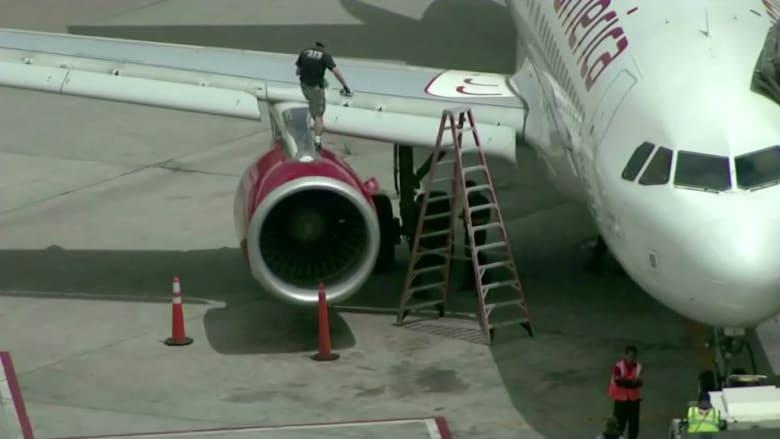 بالفيديو: ذعر على ارتفاع آلاف الأقدام.. طائرة تجبر على العودة بعد أن اصطدمت بسرب طيور
