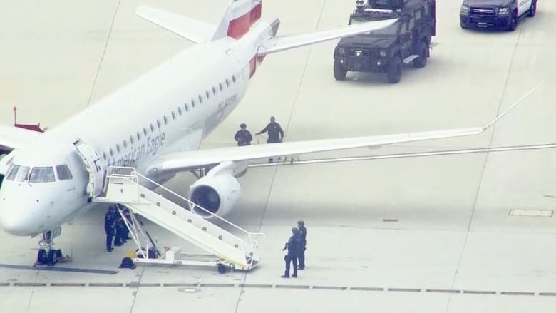 شاهد.. الشرطة الخاصة تفتش طائرة أمريكية بعد تهديد بوجود قنبلة على متنها
