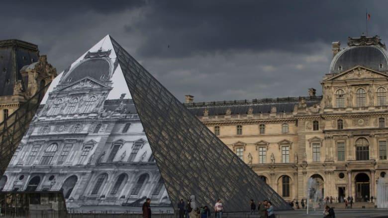 هرم اللوفر الفرنسي يختفي بلمسة ساحر