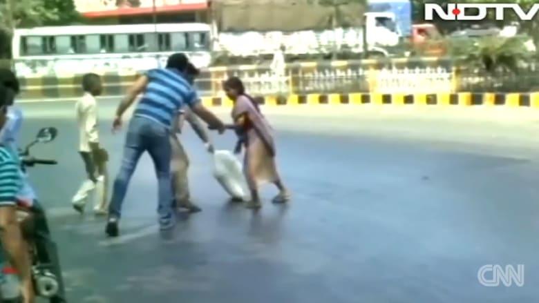 بالفيديو: موجة حر تذيب الطرقات في الهند