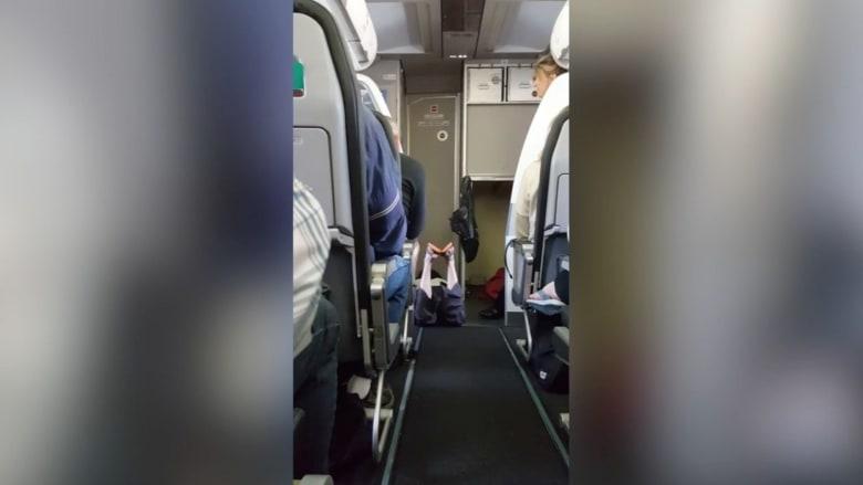 شاهد.. فتاة تخلع ملابسها على متن طائرة وتجبرها على العودة