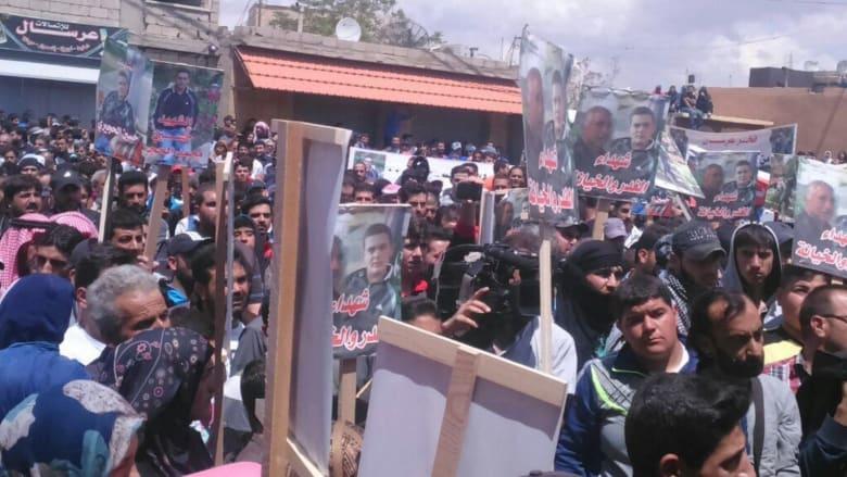 لبنان: والد جندي شيعي قتلته النصرة يذبح شابا سنيا على قبره ويتفاخر عبر الإعلام وأسرة القتيل لـCNN: ليستعمل حزب الله نفوذه