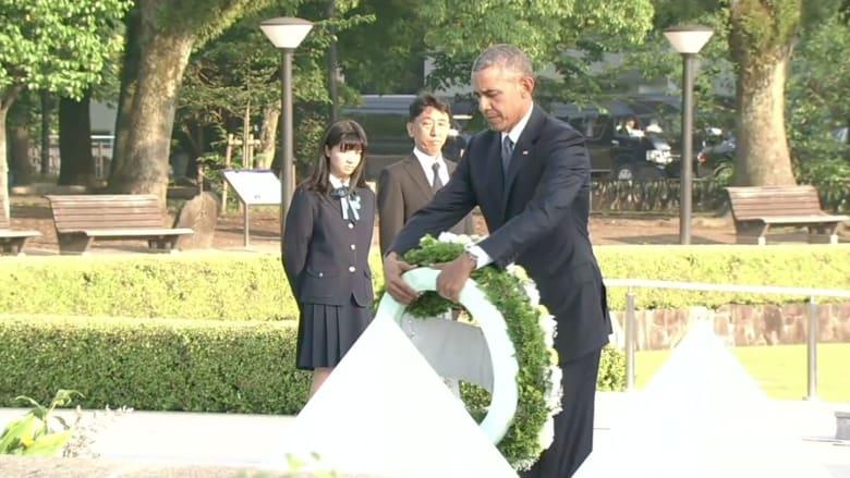 شاهد.. أوباما يضع إكليلاً من الزهور على نصب تذكاري لضحايا هيروشيما