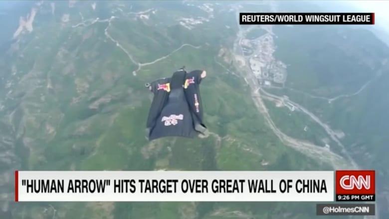 بالفيديو: قفزة مجنونة من طائرة لشاب أمريكي لإصابة هدف صغير على سور الصين العظيم