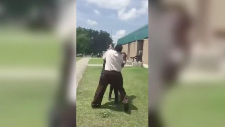 شاهد.. عراك عنيف بين طالبات في مدرسة بأمريكا