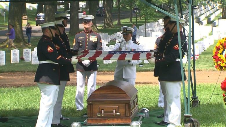 شاهد.. دفن جندي من البحرية الأمريكية بعد 73 عاما من مقتله في الحرب العالمية الثانية