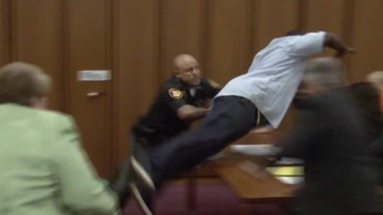 قاتل متسلسل اغتصب وشوه ضحاياه وسخر من أسرهن.. شاهد ما فعله أحد الآباء في المحكمة