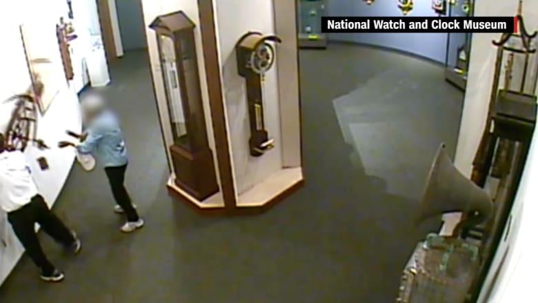 شاهد.. رجل يقوم بتحطيم قطعة فنية داخل متحف للساعات