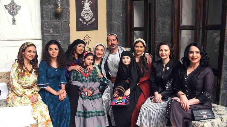 عصام وزوجاته وبناته وحماته إضافة إلى المحامية جولي وخالدية في صورة جماعية.