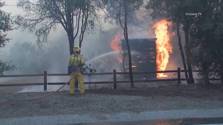 حرائق الغابات في كاليفورنيا تخرج عن السيطرة وإجلاء الآلاف من السكان