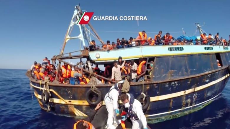 شاهد.. لحظة إنقاذ خفر السواحل الإيطالية لمئات المهاجرين في البحر المتوسط
