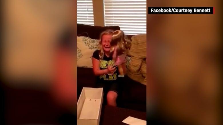 شاهد .. مشاعر جياشة من طفلة بقدم اصطناعية عند إهداء عائلتها لها دمية بطرف اصطناعي