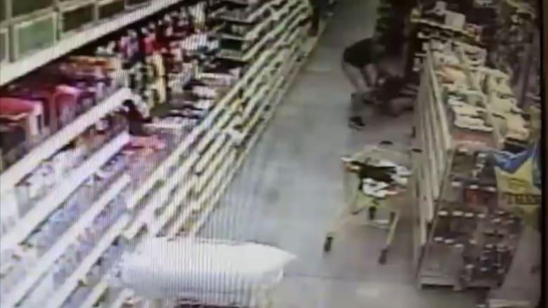 بالفيديو: كاميرا مراقبة تلتقط رجلاً يحاول خطف فتاة من والدتها