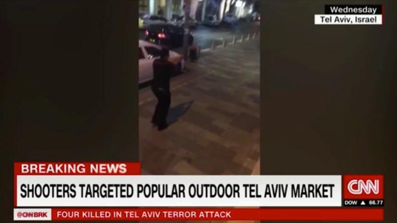 بالفيديو: كاميرا تلتقط لحظة الذعر عند هجوم تل أبيب.. وشرطي إسرائيلي يطلق النار على المشتبه به