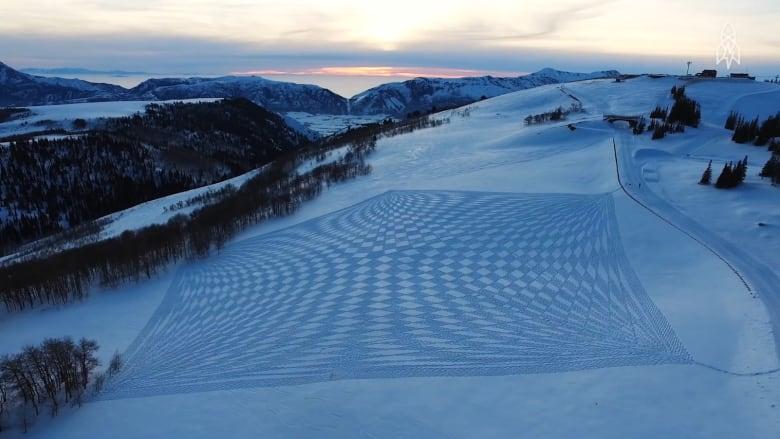 تعرفوا إلى رسّام الثلوج.. يقطع 40 ألف خطوة في اليوم الواحد!