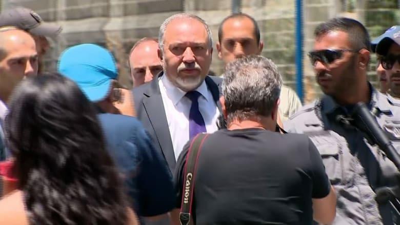 شاهد.. وزير الدفاع الإسرائيلي يزور موقع هجوم تل أبيب