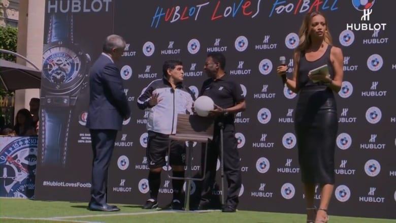 مارادونا يتحدث لبيليه عن ميسي دون التنبه للميكروفون: لاعب جيد.. لكنه بدون شخصية